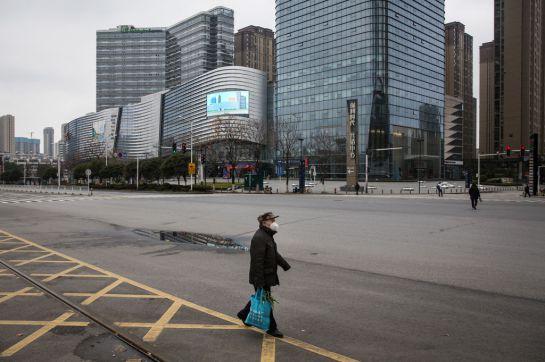 Hombre camina por las calles de China, después de alerta por coronavirus