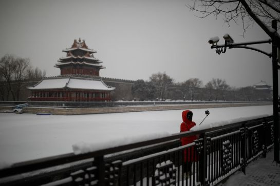 Mujer tomándose selfie en la nieve
