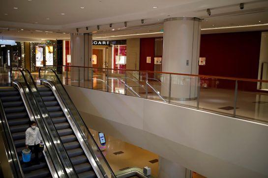 Reuters Latam. Personal de limpieza en plaza comercial vacía