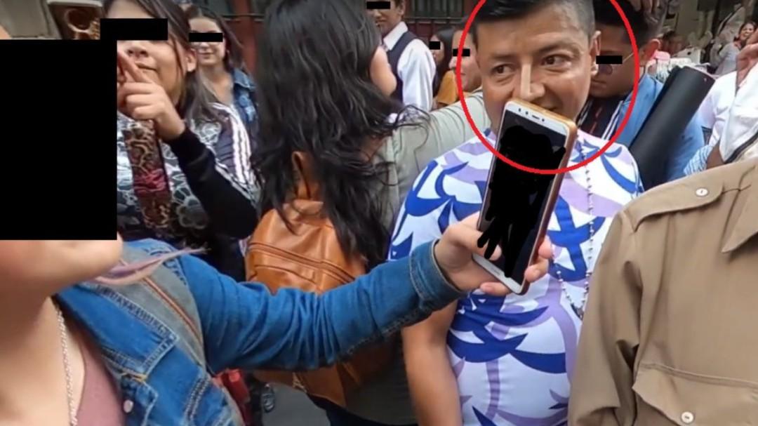 Hombre graba a mujer debajo de su falda