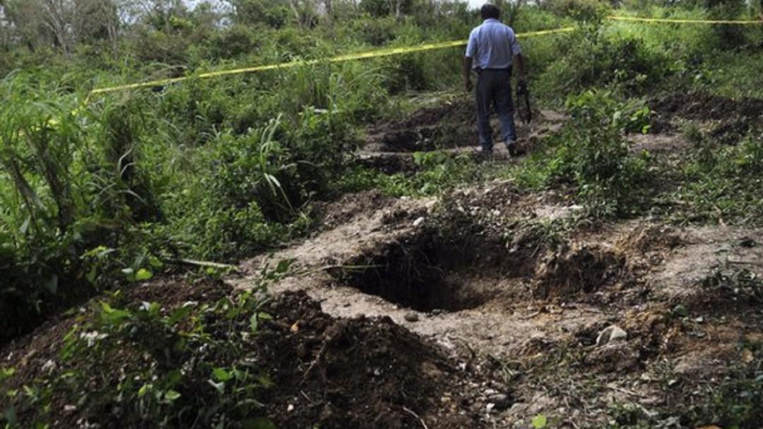 Hallan fosa con 10 cadáveres en Michoacán