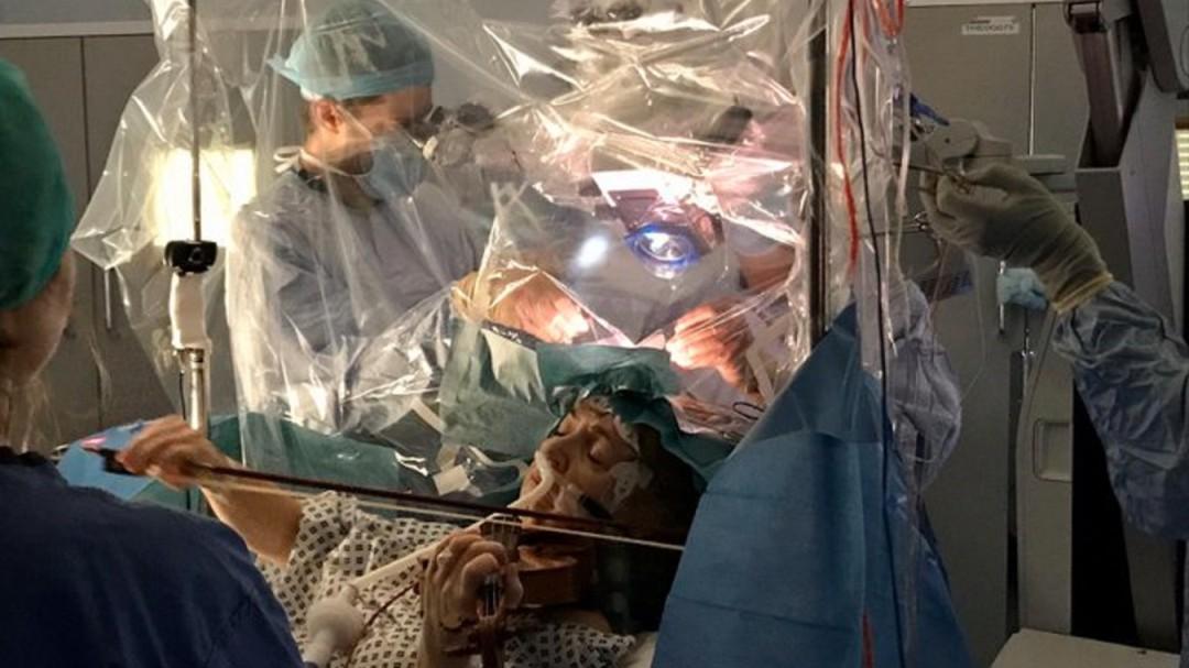 Violinista toca instrumento durante su cirugía de cerebro