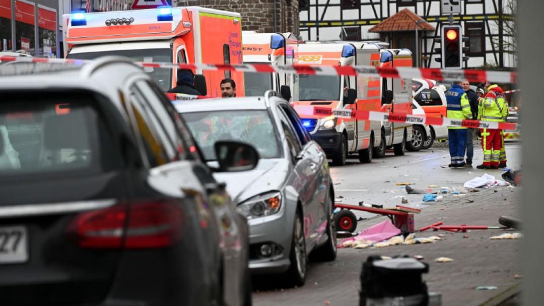 Captan el momento en que automovil atropella a multitud en Alemania