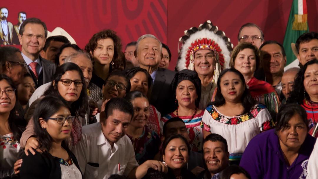 Llama AMLO fortalecer lenguas indígenas de México
