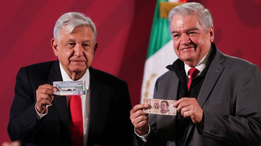 AMLO compra primer cachito para rifa de avión presidencial