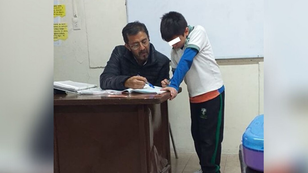 Eso es vocación; profesor ayuda a hijo de alumna a resolver la tarea