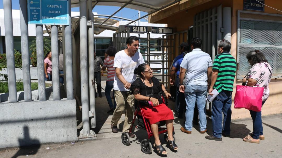 Adolfo exige justicia por la muerte de su madre en Hospital de Pemex
