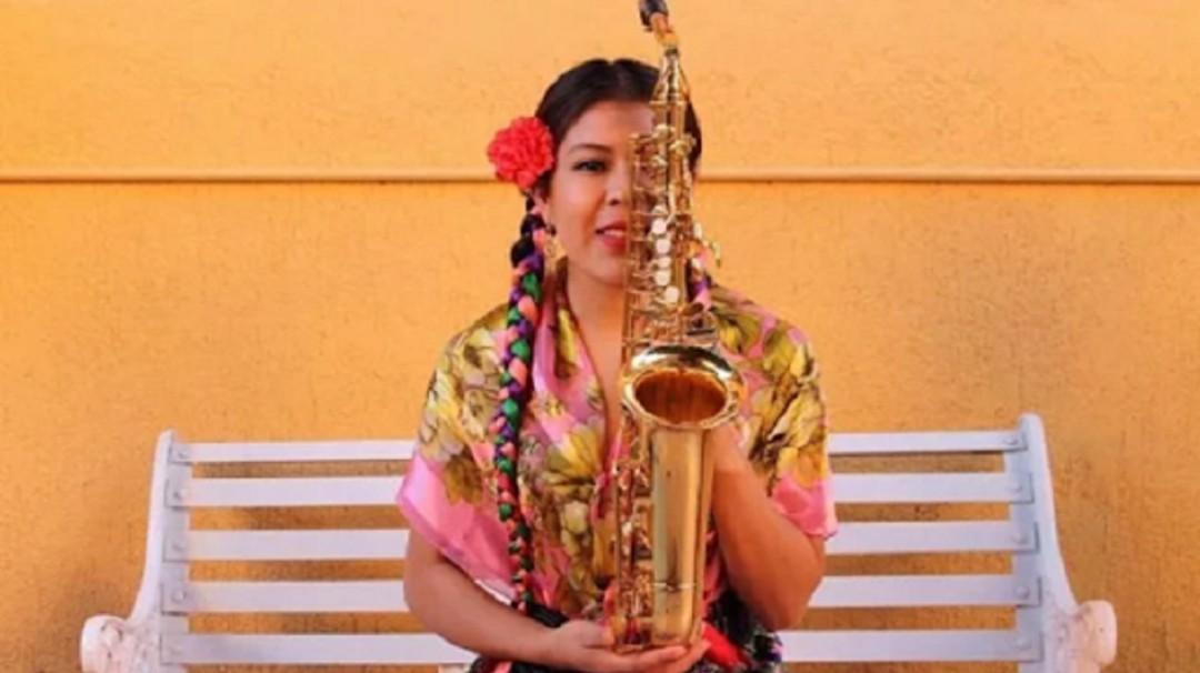 A María Elena Ríos no la callan, nuevamente hace sonar su saxofón