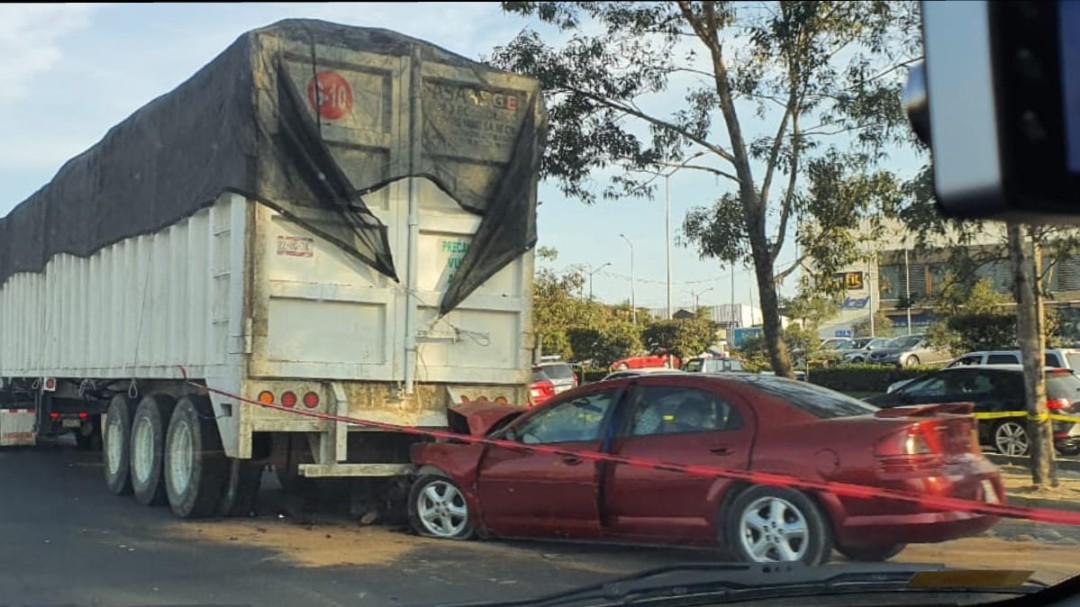 Fallece tras chocar su auto contra un camión de carga