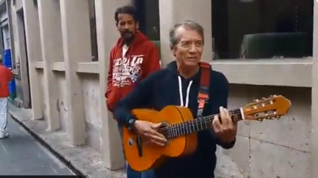 Napoleón canta en las calles de Morelia para ayudar cantante de barrio