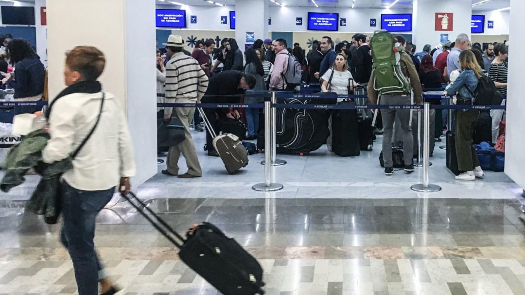 Gobierno sugiere evitar viajes internacionales no esenciales