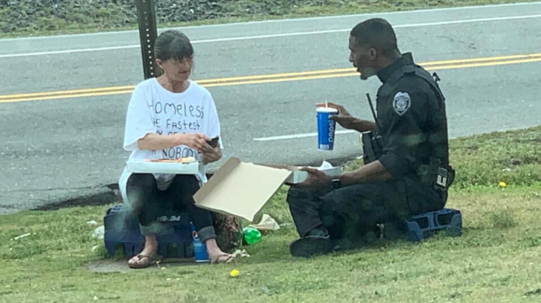 Gran corazón; policía comparte su comida con una mujer sin hogar