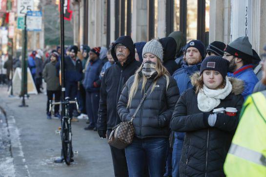 Los clientes esperan en la fila fuera del dispensario de cannabis Sunnyside para comprar marihuana recreativa el 1 de enero de 2020 en Chicago, Illinois.