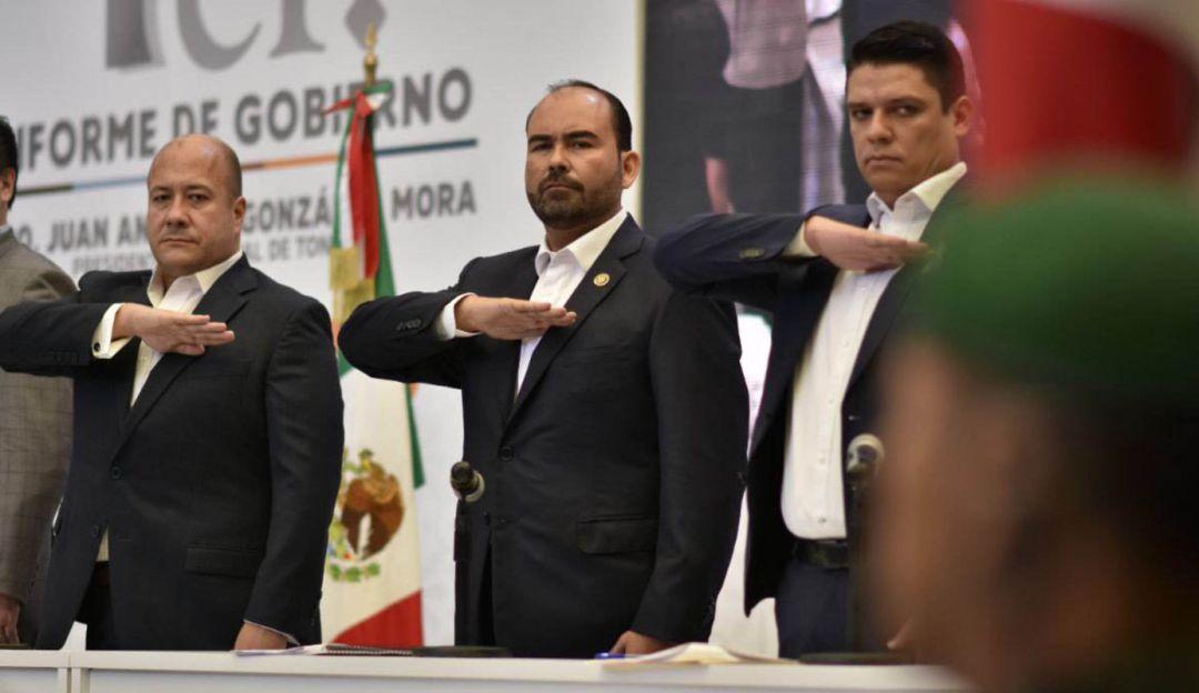 Al centro, el alcalde Juan Antonio González, señalado por posibles faltas administrativas