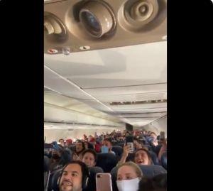 Mexicanos entonando Cielito Lindo en el avión