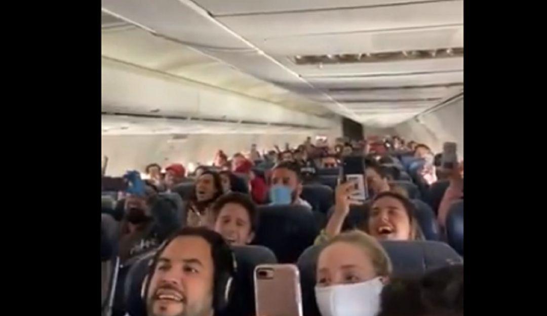 """Vuelve a sonar """"Cielito lindo"""" en el avión; regresan mexicanos de Perú"""