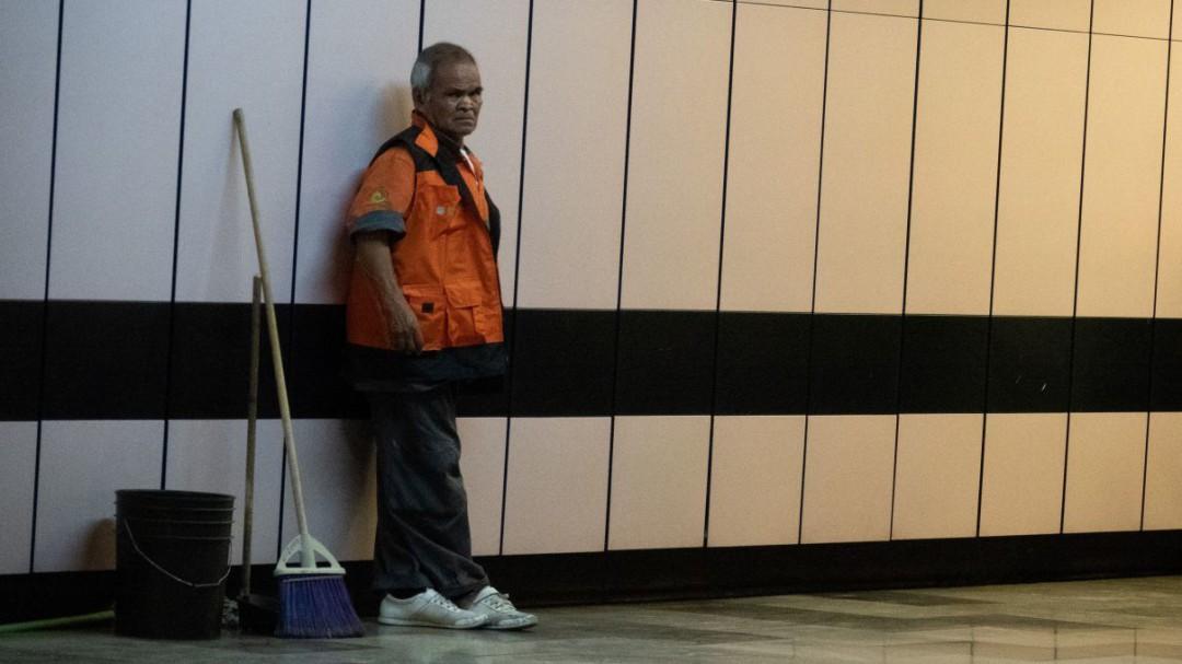 Metro envía a casa a adultos mayores que trabajan en limpieza