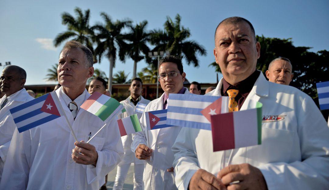 Así reciben a médicos cubanos en distintos países para combatir el Covid19