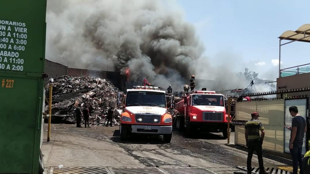 Arde chatarrera en Tonalá