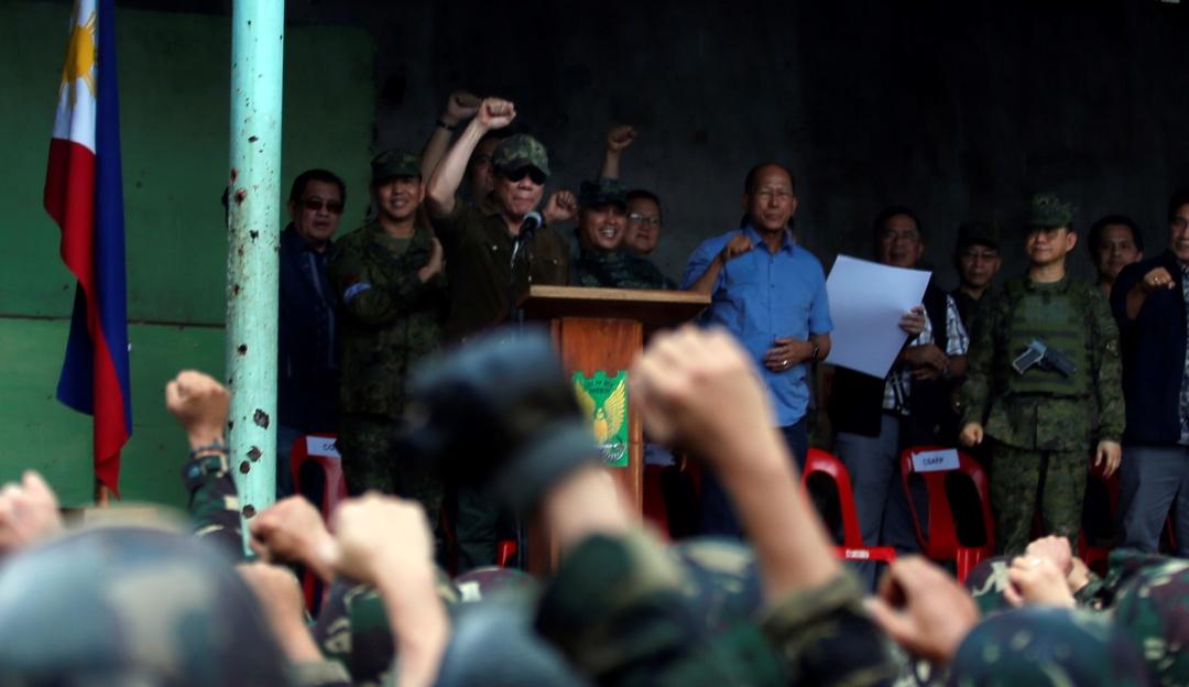 Presidente de Filipinas ordena disparar contra quienes rompan aislamiento