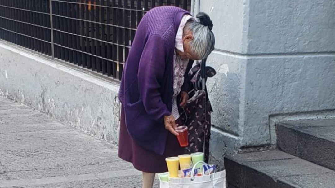 Abuelita no puede quedarse en casa por vender sus gelatinas