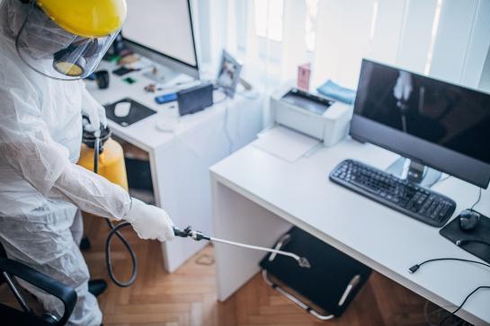 Limpiar y desinfectar superficies y objetos de uso común en oficinas