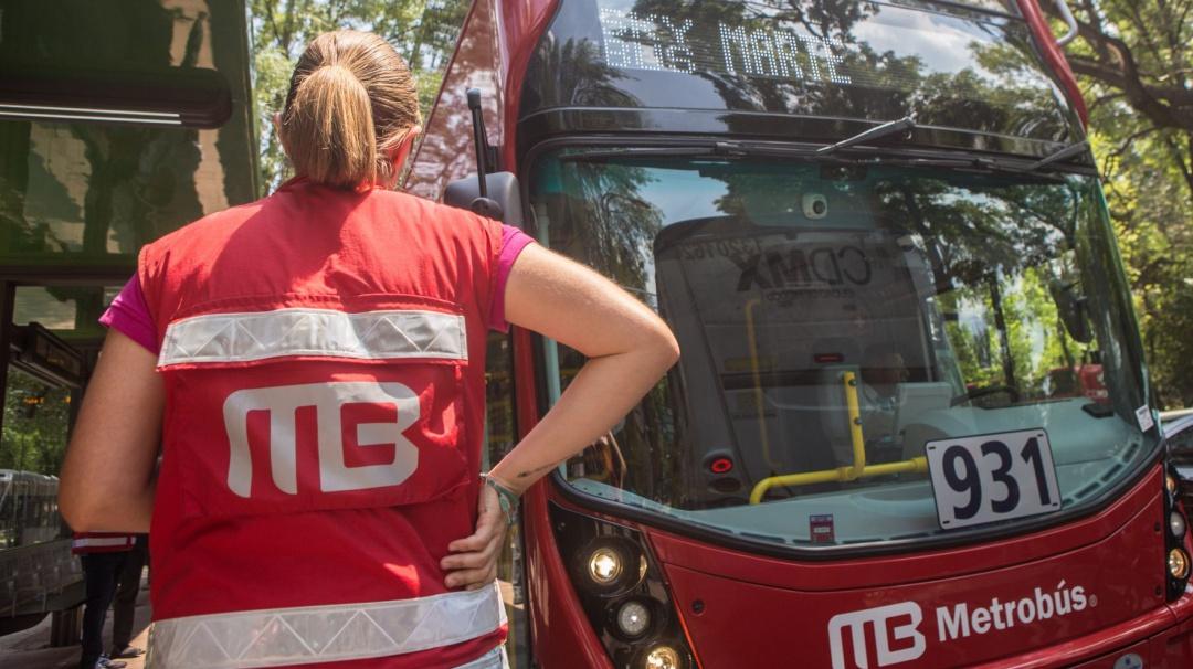 Metrobús dosifica entrada de usuarios; aquí las nuevas reglas para abordar