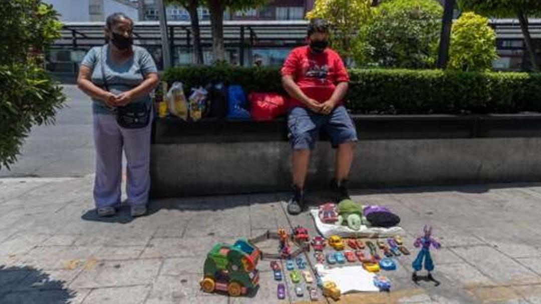 Ayudemos a Luis Ángel, el niño que cambia sus juguetes por comida en CDMX