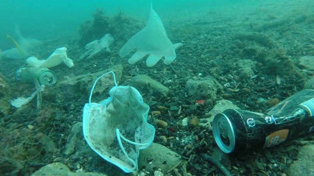 Con cubrebocas y guantes, así luce el mar Mediterráneo por coronavirus