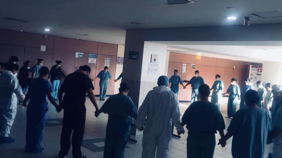 Sin perder la fe; así captan a este grupo de enfermeros antes de su jornada