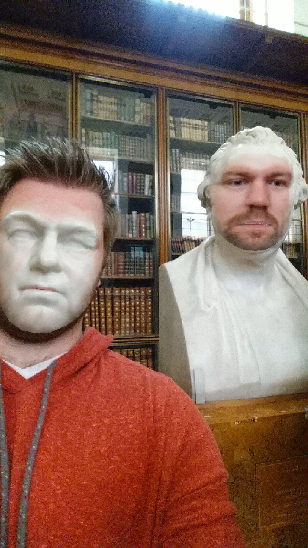"Hombre realiza graciosos ""Face Swaps"" con esculturas de un museo"