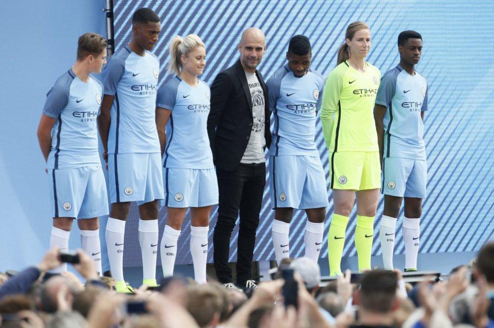 Josep Guardiola fue presentado ante los aficionados de los Citizens en el City Football Academy