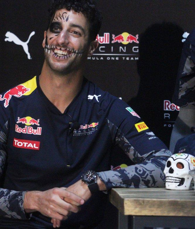 Daniel Ricciardo festeja el Día de Muertos