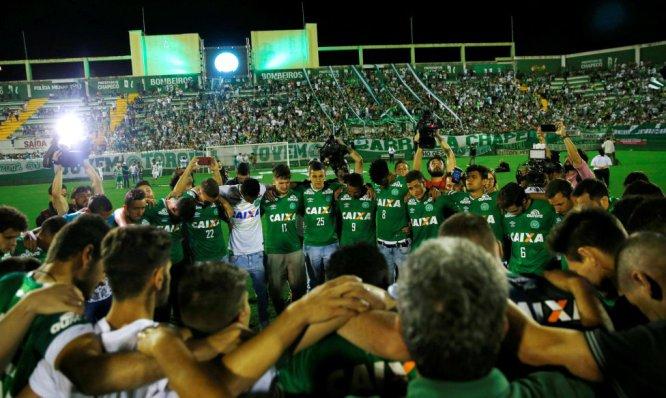 Inolvidable homenaje de la afición del Chapecoense en Brasil