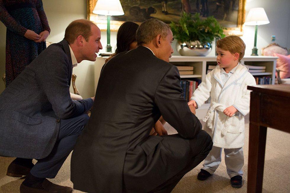Con Michelle Obama saludando al hijo del Príncipe William