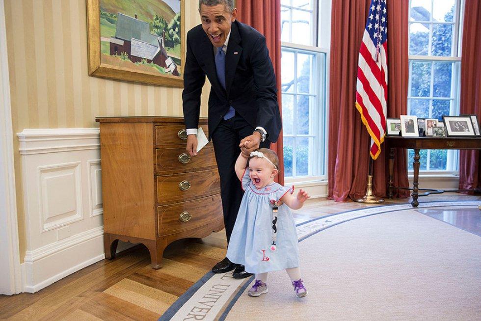 Enseñando a caminar a Lincoln Rose Smith la hija de Jamie Smith, portavoz de la Casa Blanca