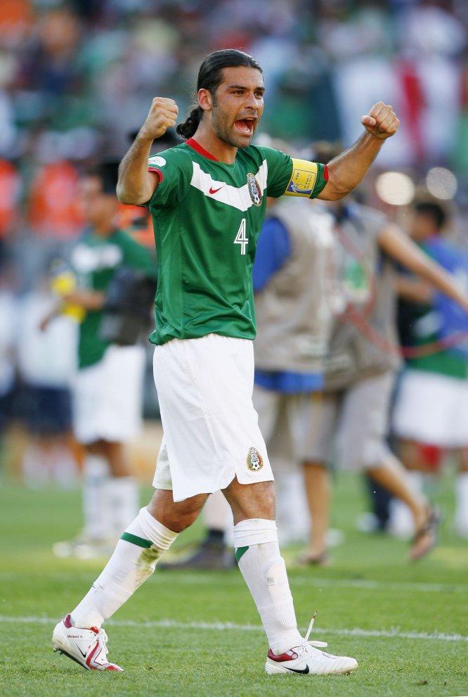Rafa celebra el triunfo del Tricolor sobre Irán en el debut de los entonces dirigidos por Ricardo La Volpe en Alemania 2006
