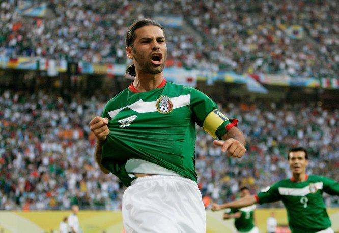 Rafa celebra el gol que le anotó a Argentina en los octavos de final de Alemania 2006, tanto que al final quedó para el anecdotario porque la Albiceleste eliminó al Tricolor por marcador de 2-1 en tiempos extra