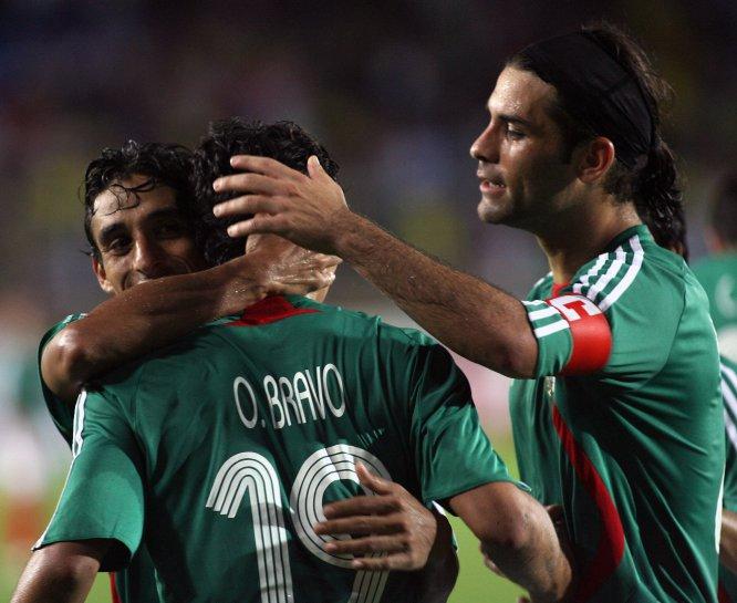 Rafa festeja junto con Fernando Arce y Omar Bravo la anotación que este último marcó ante Ecuador en el triunfo del Tricolor por 2-1