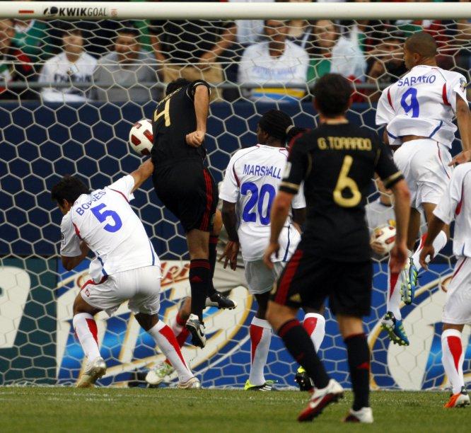 Rafa Márquez marcó el primero de los cuatro goles que México le anotó a Costa Rica en duelo de la primera fase de la Copa Oro 2011