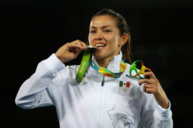 La taekwondoín María del Rosario Espinoza fue distinguida por el Comité Olímpico Mexicano (COM) como la mejor deportista olímpica de la historia.Y no es para menos, pues la originaria de Guasave, Sinaloa, es la única mexicana hasta la fecha en subirse al podio en tres ediciones de Juegos Olímpicos (Beijing 2008, Londres 2012 y Río 2016)