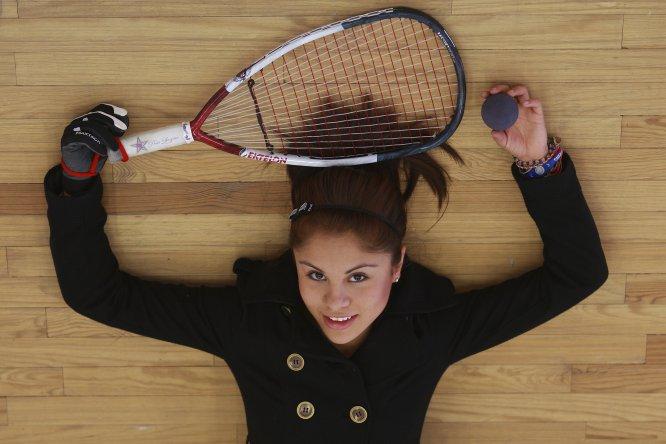 La racquetbolista mexicana Paola Longoria es la mejor del mundo en su disciplina. Hace algunos días ganó el título 80 de su carrera y, por si fuera poco, tiene seis años siendo la número uno en el racquetbol.