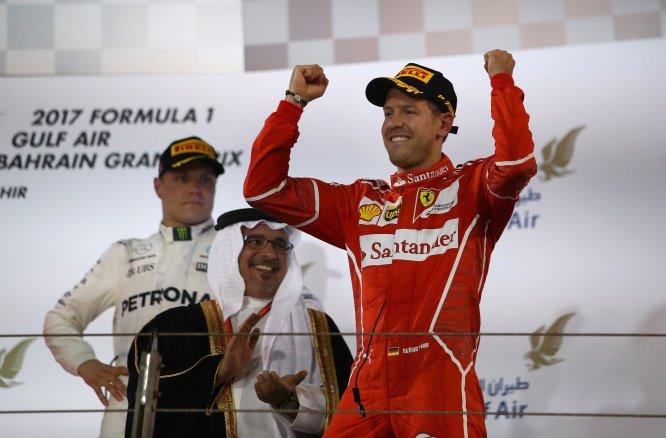 El alemán Sebastian Vettel ganó el Gran Premio de Bahrein. El británico Lewis Hamilton y el finlandés Valtteri Bottas terminaron en la segunda y la tercera posición, respectivamente.