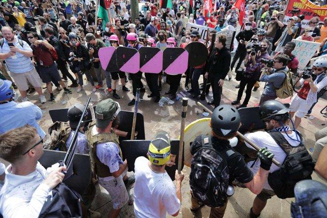 Enfrentamiento entre neo-Nazis, blancos supremacistas y opositores.