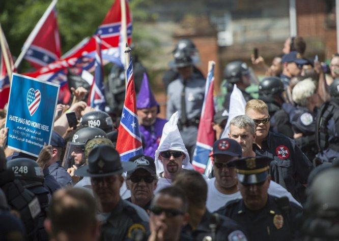 Manifestantes vestían prendas en representación del Ku Kux Klan.