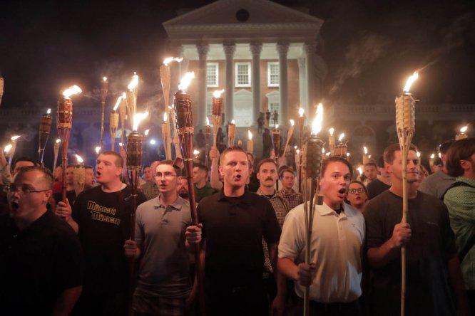 Concentración de blancos supremacistas en el campus de la universidad estatal.