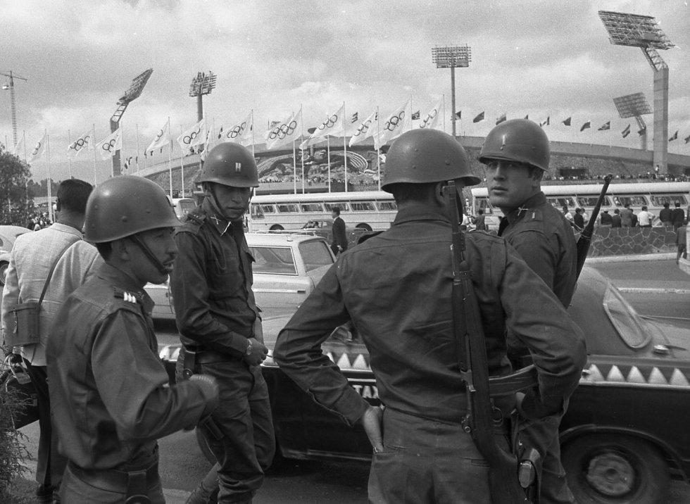 Soldados mexicanos al momento de realizar patrullajes en el Estadio Olímpico Universitario.