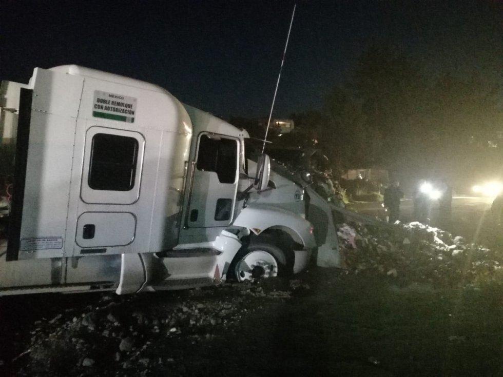 Un tráiler a exceso de velocidad se impactó contra varios vehículos provocando varios muertos y heridos