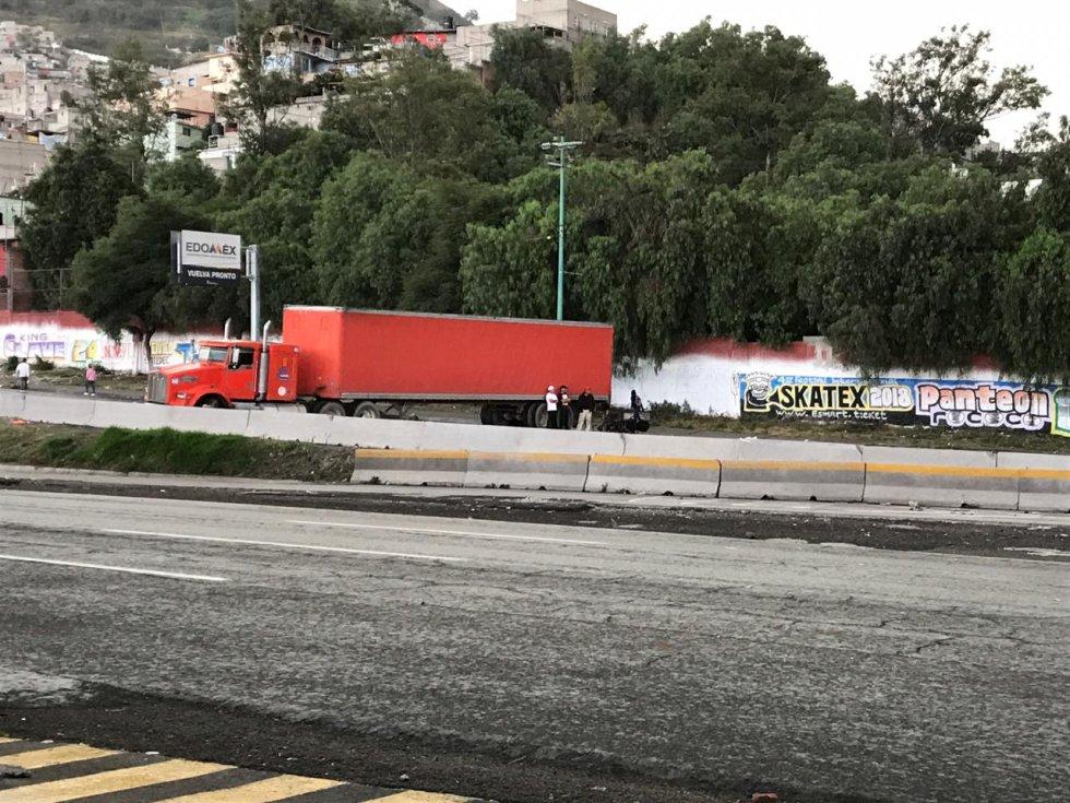 Manifestantes bloquean la México-Pachuca con un tráiler de color anaranjado con dirección a Indios Verdes. Advierten que no se van a retirar hasta que las autoridades les una explicación