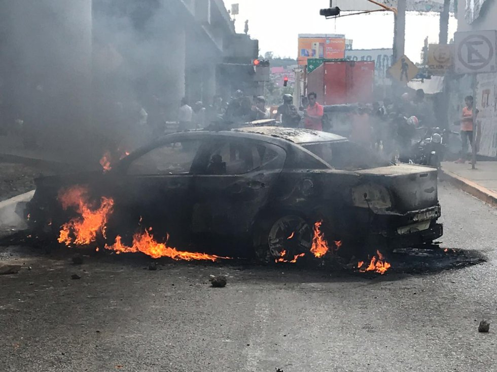 Manifestantes queman otra patrulla de la @SSP_CDMX, golpean al elemento que la manejaba y le provocan varias lesiones